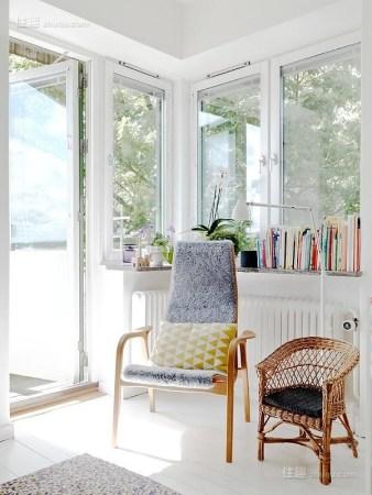 迷你可爱小窗台也能挤出阳光读书角(图1)